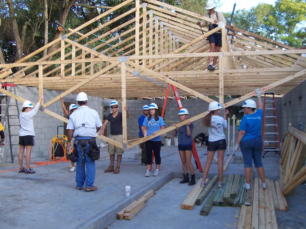 volunteers build house